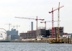 Baustelle am Versmannkai in der Hamburger Hafencity - Blick über das Wasser des Baakenhafens.