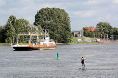 Autofähre auf der Elbe zwischen Zollenspieker, Kirchwerder und Hoopte / Niedersachsen; Angler auf einer Buhne.