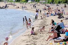Strandleben an der Elbe in Hamburg Othmarschen - Sandstrand an der Elbe; am Wasser spielende Kinder in der Sonne.