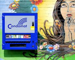 Condomautomat, Condomat an einer Hauswand - Wandmalerei Frau mit Blüten - Bilder aus dem Hamburger STadtteil Hamm.