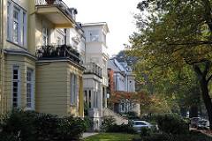 Fassaden von mehreren Stadtvillen im Gründerzeitstil in Hamburg Uhlenhorst.
