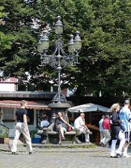 Historische Kandelaber in Hamburgs Neustadt - Ruheplatz in der Sonne - Hamburgs Plätze, Grossneumarkt.