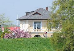 Fahrad fahren auf dem Elbdeich - Ausflug zur Kirschenblüte in den Hamburger Stadtteil Cranz.