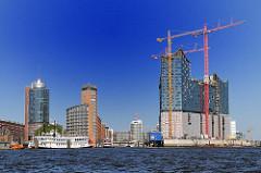 Bürohochhäuser an der Kehrwiederspitze in der Hamburger Hafencity - Einfahrt zum Sandtorhafen, Traditionsschiffhafen - Baukräne an der Baustelle der Hamburger Elbphilharmonie.