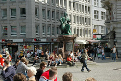 Lessingdenkmal auf dem Hamburger Gänsemarkt - Hamburg Touristen sitzen in der Sonne auf dem Platz.