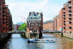 Wasserschlösschen zwischen Holländisch Brookfleet und Wandrahmfleet; Speichergebäude; Barkasse Hafenrundfahrt mit Hamburgtouristen.