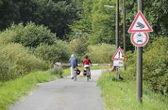 Fotos aus dem Hamburger Stadtteil Reitbrook - Hamburgs Naherholungsgebiete - Naturschutzgebiet Reit - Fahrradfahrter auf dem Weg.