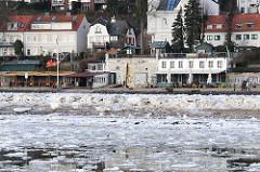 Eis auf der Elbe und am Strand vor der Strandperle in Hamburg Othmarschen - Winter in Hamburg.