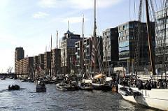 historische Schiffe im Traditionsschiffhafen - Maritimes Museum in der Hafencity - Moderne Architektur im Hamburger Stadtteil Hafencity.