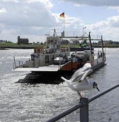 Elbfähre Autofähre am Zollenspieker - Fähre über die Elbe, Möwen.
