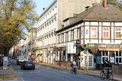 Fachwerkgebäude an der Max Brauer Allee von Hamburg Altona Altstadt - Radfahrer und Autos.