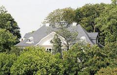 Heine Villa zwischen Bäumen am Elbhang - Heinepark im Hamburger Stadtteil Ottensen, Bezirk Hamburg Altona.