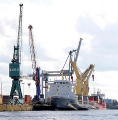 Blick vom Ellerholzhafen in den Oderhafen - Frachtschiffe liegen am Sthamer Kai, sie werder beladen oder die Fracht gelöscht.