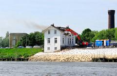 Abriss der Villa Hintzpeter an der Billwerder Bucht - im Hintergrund der Waserturm von Hamburg Rothenburgsort.