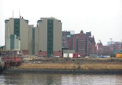 Sandtorhafen mit Speichergebäude der Kaffeelagerei - Gras wächst auf dem Areal der zukünftigen Magellan Terrassen (2004)
