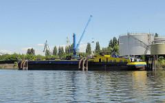 Harburger Tankhafen - Seehafen an der Süderelbe. Tankschiff - Binnenschiff.