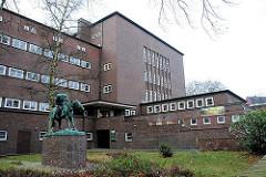Gebäude der Schule Bovestrasse - Skulptur mit Pferd vor dem Gebäude