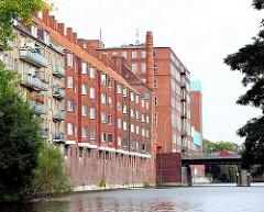 Mehrstöckige Wohnblocks am Ufer des Mittelkanals in Hamburg - Wohnen mit Blick auf das Wasser in Hamburg.