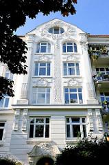 Mit Stuckelementen verzierte Hausfassade eines mehrstöckigen Gründerzeitgebäudes - Seitenstrasse in Hamburg Eimsbüttel.