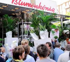 Gedränge vor einem der Marktstände mit Grünpflanzen und Orchideen auf dem Hamburger Fischmarkt.