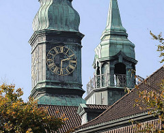 evangelisch-lutherische Hauptkirche St. Trinitatis; Hamburg Altona Altstadt - Kirchturm mit Kupferhelm + Turmuhr.