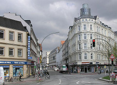Blick in die Strasse Schulterblatt - mehrstöckige Altbauten in Hamburg Sternschanze.