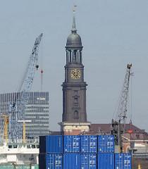 Containerstapel im Hamburger Hafengebiet, Kleiner Grasbrook - Hafenkran; Kirchturm der St. Michaeliskirche, Michel.