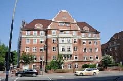 Hamburger Backsteinarchitektur - Giebelfassade in Hamburg Bahrenfeld, Hauptverkehrsstrasse - Strassenverkehr.