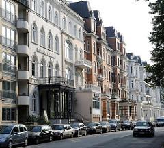 Historische Archtitektur Hamburgs - Gründerzeitgebäude am Ufer der Alster - Gebäude Literaturhaus Hamburg.