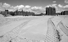 Baustelle der entstehenden Hafencity - Reifenspuren im Sand - Kaispeicher A und Speichergebäude.