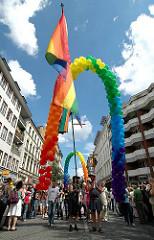 Regenbogenfahne und regenbogenfarbige Ballons auf der CSD Parade in der Langen Reihe von Hamburg St. Georg.