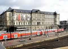 Gleise des Hamburger Hauptbahnhofs - im Hintergrund das Gebäude des Museums für Kunst und Gewerbe.