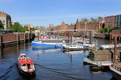 Binnenhafen am Zollkanal - Arbeitsboote und Flussschifferkirche; eine Barkasse sucht einen Liegeplatz.
