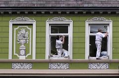 Restaurierung eines Wohngebäudes mit Fassadenstuck in Architekturstil des Historismus - Seitenstrasse Hamburg Barmbek.