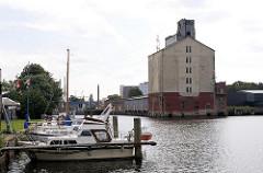 Harburger Überwinterungshafen - Sportboote am Steg - Hansen Speicher ( 2007 ) - Industriegeschichte Harburgs.