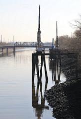 Kräne am Veddelkanal - Bilder aus Hamburgs Hafen - Stadtteil Wilhelmsburg.