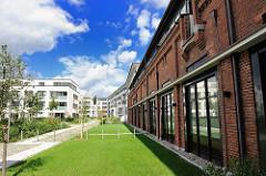 Backsteingebäude der ehemaligen Husarenkaserne / Polizeikaserne und mehrstöckige Wohnhäuser.