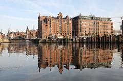 Speichergebäude in der Hafencity - Blick über den Magedburger Hafen - Kaispeicher B - Maritimes Museum in der Hansestadt Hamburg.