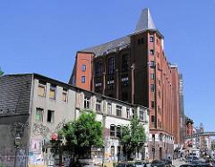 """Blick zum historischen Gebäude sogen. """"Hafenklang""""; erbaut 1860; dahinter der Backsteinbau der ehem. Malzfabrik Naefeke / jetzt Stilwerk - Geschichte Hamburg Altonas."""