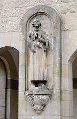 Steinskulptur Luther - Fassade Eingang Gymnasium Altona.