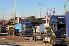 Lastwagen haben die Zollstation Waltershof passiert - dichter Lastwagenverkehr im Hamburger Hafen.