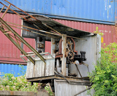 Zerfallenes Führerhaus eines alten Hafenkrans am Schmidtkanal im Hamburger Stadtteil Wilhelmsburg.