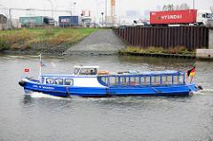 Die Barkasse Joh. H. Wichern der Hamburger Flussschifferkirche fährt in den Reiherstieg ein - auf der Strasse Lastwagen mit Containern beladen - Fotos aus Hamburg Wilhelmsburg.