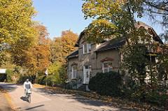 Fahrradfahrer Wohnhaus am Billbrookdeich Hamburger Stadtteil Billbrook.