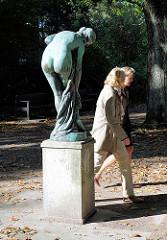 Die Badende - Bronzeskulptur im Hamburger Stadtpark; Künstler Reinhold Begas, 1926.