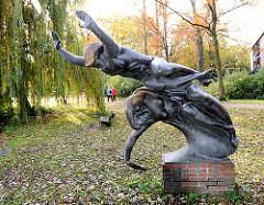 Bronzeskulptur Ätherwelle in Erinnerung an Heinrich Hertz beim Eichenpark an der Alster in Hamburg Harvestehude.