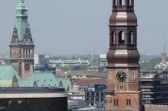 Hamburg-Altstadt, Kupferturm der St. Katharinenkirche und Rathausturm des Hamburger Rathauses.