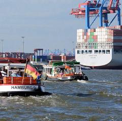 Barkassen der Hafenrundfahrt im Hamburger Hafen am Containerterminal Tollerort in Hamburg Steinwerder.