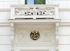Architekturdetail  - Balkon mit Stuckadler und Figuren eines spätklassizistischen Wohnhauses an der Klopstockstrasse von Hamburg Ottensen.