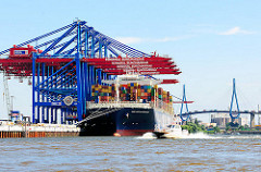 Hamburger Hafen - Waltershof; Containerfrachter und Köhlbrandbrücke im Hintergrund - ein Lotsenschiff in voller Fahrt.